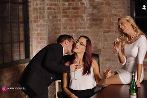 Bi females Lyen Parker & Victoria Unspoiled join their stud pal for a Threesome