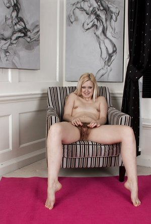 Blond Jessi Green proves she has never bald her genitals and pubis