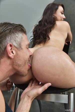 Brown-haired female Mandy Muse offers up her bubble donk for a pink hole penetrating