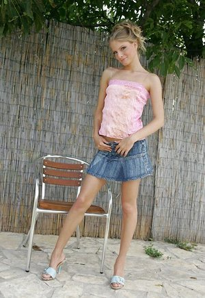 Highly fascinating blond Cayenne squats and fingers her g-spot