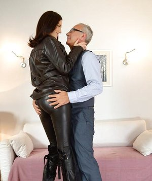 Tall bi-atch in spandex lets grandpa put his oldman chisel in her tight donk
