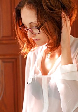 Glasses wearing stunner Sade Mare opening up bald cooter for glamour images