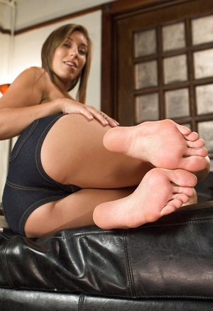 Leggy girl Rilynn Rae unleashes her pretty soles from her sandals